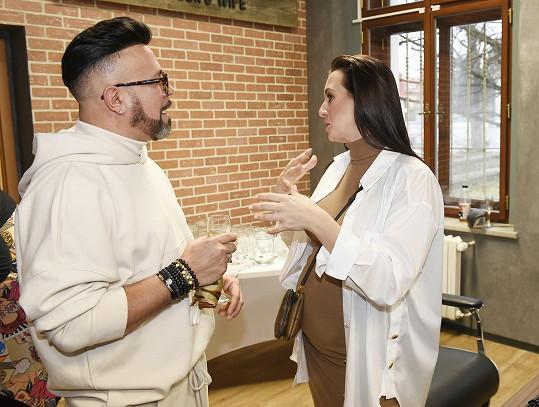 Návrháře jsme ještě před svátky potkali v kadeřnictví, kde si povídal s těhotnou moderátorkou Veronikou Farářovou.