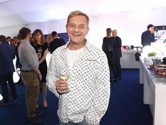 Petr Čtvrtníček to se společenským outfitem také nepřehnal.