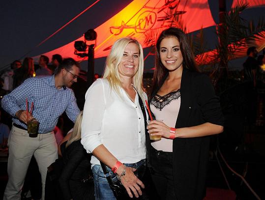 Tereza Budková vzala po dlouhé době maminku na večírek.