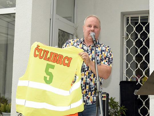 Martin Hrdinka párty moderoval a rozdával dresy na přátelský fotbalový turnaj.