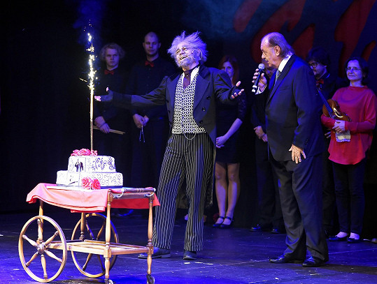 Na jeviště byl dovezen i obří dort.
