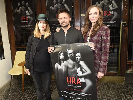 Manželé a milenka hlavního hrdiny v podání Elizavety Maximové s filmovým plakátem