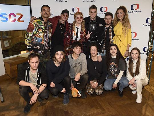 Letošní finalisty přišel podpořit nejúspěšnější účastník soutěže v historii Mikolas Josef (nahoře třetí zprava).