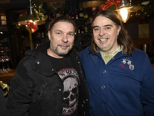 Petr s producentem Oldřichem Lichtenbergem, který každoroční párty U Slepiček pořádá.
