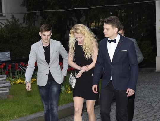 Přišel i vnuk Jiřiny Bohdalové Vojta (vpravo) s přítelkyní.