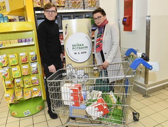 Nejen podpořit, ale hlavně nakoupit obrovské koše s potravinami přišli Dana Morávková se synem Petrem.