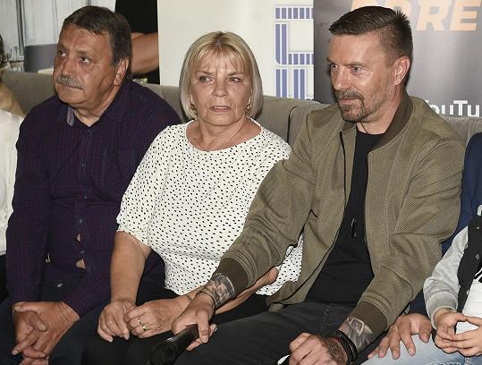 Tomáše přišla podpořit jeho maminka Helena a nevlastní otec Honza.