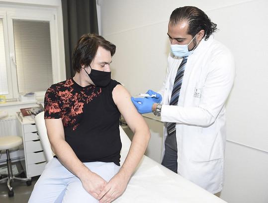 Do zahraničí se zpívající lékař stěhovat nehodlá.