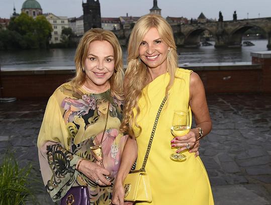 Zatímco hostitelka Tamara Kotvalová měla róbu od Diora, ona zvolila tuniku, kterou pro ni navrhl ruský návrhář Slava Zajcev.