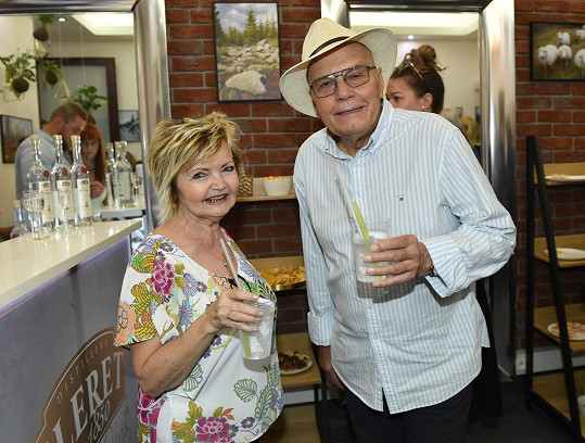 Spolu s ním a jeho ženou Evou Hruškovou trávil víkend na divadelní pouti.