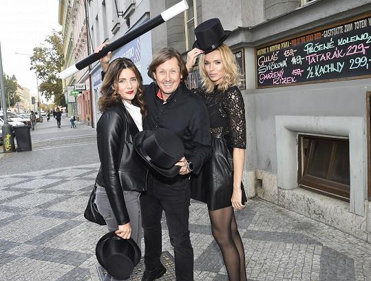 S kouzelníkem Pavlem Kožíškem a kolegyní Martinou Dvořákovou, s níž se střídají v roli jeho asistentky.