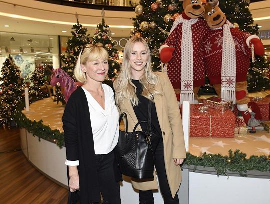 Podpořit je přišla i bývalá vítězka StarDance Dana Batulková s dcerou Marianou.
