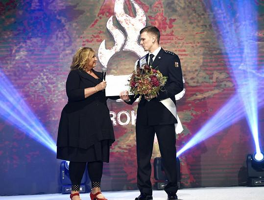 Cenu mu předávala Halina Pawlowská.