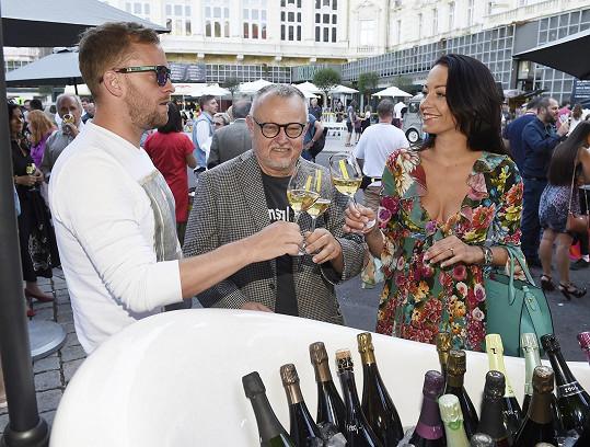 Ten do Varů dovezl francouzské šampaňské.