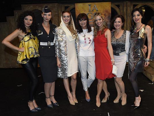 Kostýmy pro dámskou část muzikálu navrhla Beata Rajská.