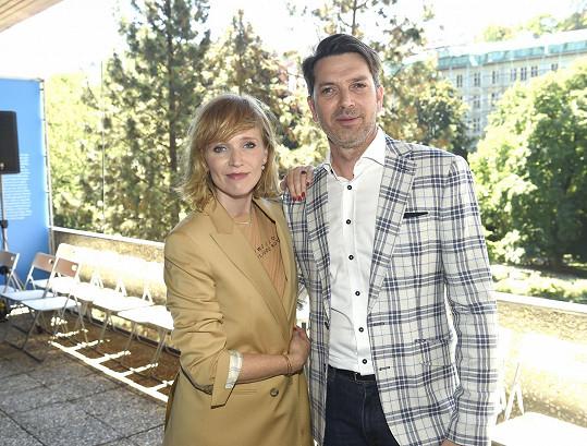 Jejím filmovým manželem je Marek Majeský.
