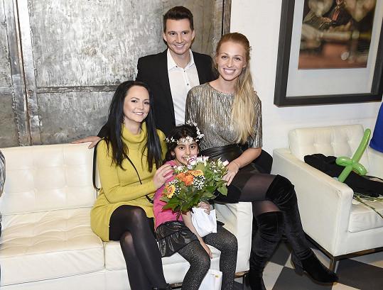 Veronika s bratrem Karlem a Veronikou Blažkovou, mluvčí Prahy 1, která projekt také zaštítila.