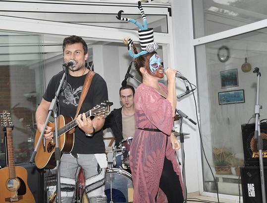 Přítomným hostům také zazpívala.