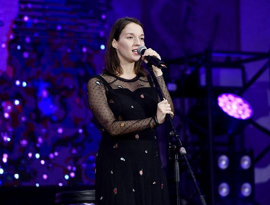 Na charitativním koncertu pro ALSU v Pražské křižovatce také zpívala.