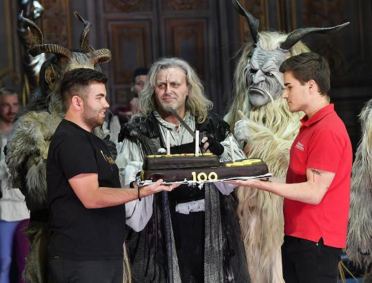 Pepa Vojtek byl pověřen rozkrojením dortu.