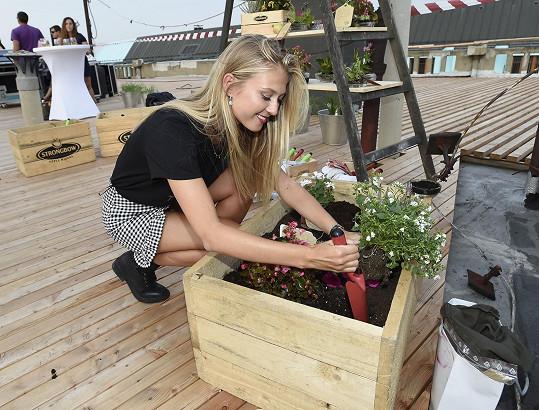 Česká Miss World se přišla podívat na slavnostní otevření nově vznikající zahrady na střeše Paláce Lucerna. Symbolicky tu zasadila květinu do květináčů duchovního otce zahrady, kavárníka Ondřeje Kobzy, a zůstala i na koncert Kláry Vytiskové.