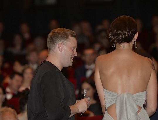 Její šaty zezadu
