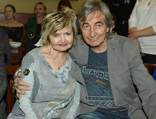 V kavárně se setkal také se svou hereckou partnerkou Evou Hruškovou a promluvil o jejich vztahu.