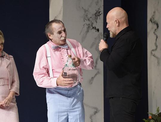 """Jako jeden z prvních mu blahopřál producent Michal Kocourek, který mu věnoval pořádný demižon """"čmaňovice""""."""
