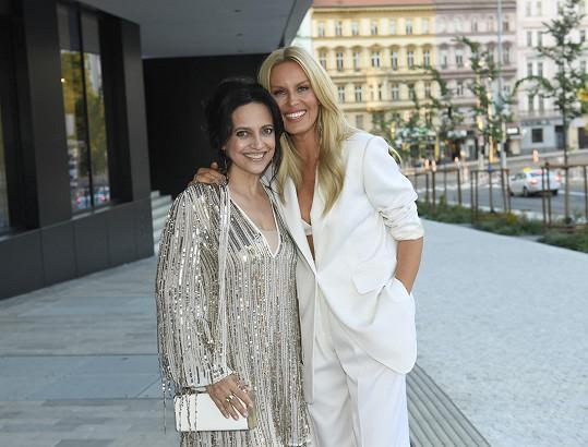 Lucie Bílá a Simona Krainová respektovaly doporučený dress code.