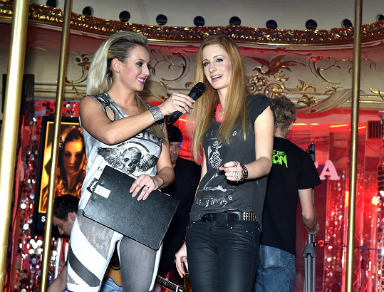 Veronika na pódiu se Sabinou Křovákovou