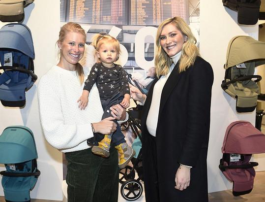 Na otevření showroomu značky luxusních kočárků, kterou založil Čech, a kterou milují hollywoodské hvězdy, se potkaly se Zorkou Hejdovou.