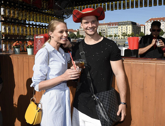 Na párty zatím Karel s novou láskou nevyráží, zatím jsou stále nerozlučná dvojka se sestrou Veronikou Kašákovou.