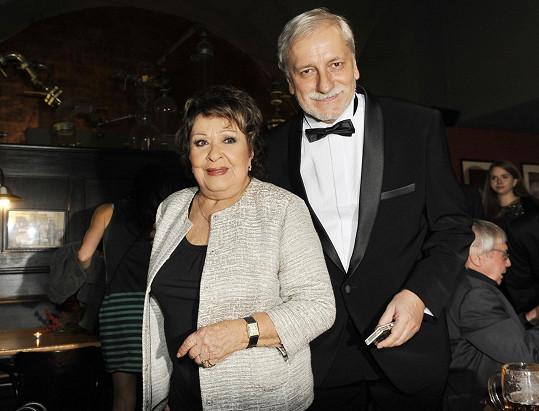 Režisérovi Zdeňku Zelenkovi gratulovala Jiřina Bohdalová.