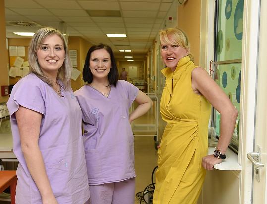 Vendula natáčela společně se sestřičkami a lékaři.