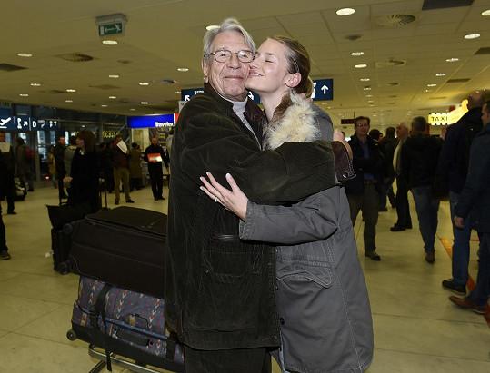 Linda se zdraví s dědečkem Vadimem Petrovem.