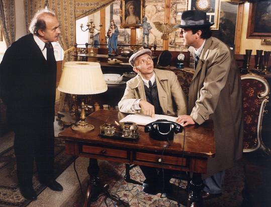 Václav Helšus, Miroslav Vladyka a Pavel Trávníček si v populárním seriálu také zahráli. Část dílu s názvem Paprsek se natáčela v Nizozemsku načerno.