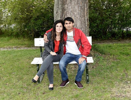 S manželkou na zahradě. Posezení na téhle lavičce je prý lepší než meditace.