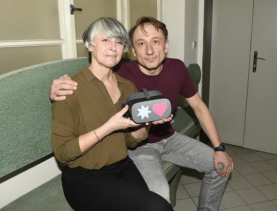 V Perníkové chaloupce, kterou mohou diváci zhlédnout v pohodlí domova, hraje s Petrem Stachem.