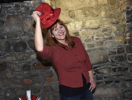 V radotínském divadélku U Koruny hrála a také se postavila za bar U hérečky.