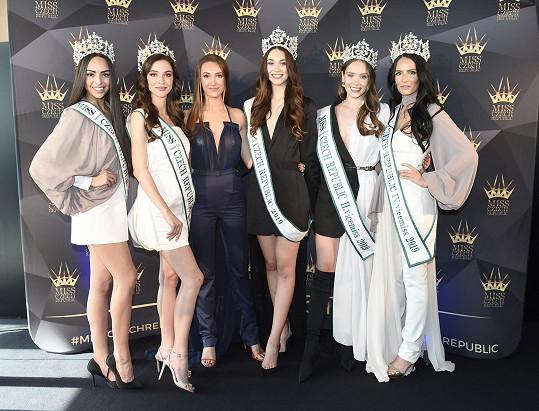 Táňa s pěticí krásek, které vysílá na světové soutěže krásy.