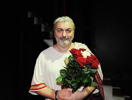 Od diváků mu přišla i krásná kytice.