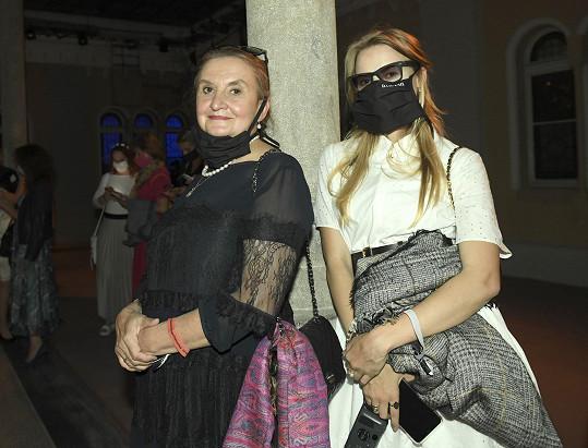 Holubová s dceru se kyly rouškami.