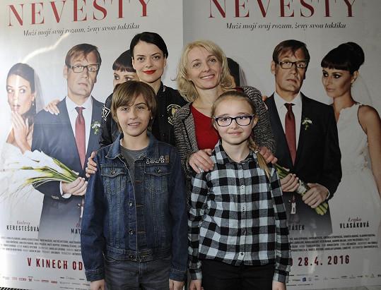 Jana Stryková se svojí filmovou dcerou Kordulkou Stropnickou, její maminkou Veronikou Žilkovou a dětským hrdinou filmu Matyášem Bystroněm
