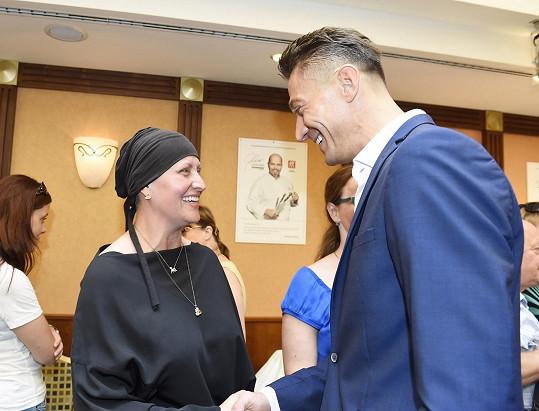 Zdeňka se zdraví se svým kamarádem Pavlem Staňkem, který akci organizoval.