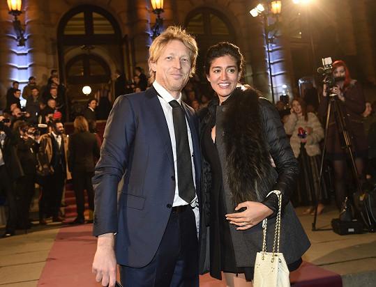 Miliardář dorazil na předávání filmových cen s oficiální manželkou.