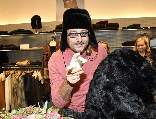 Marian si zkoušel v novém obchodě i kožešinovou čepici.