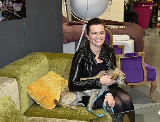 Jandová dorazila na křest do designového obchodu s nábytkem i se svým psem.