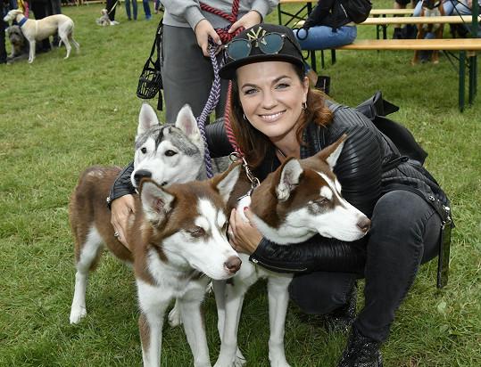 Své tři psí miláčky nechala doma, a tak se aspoň pomuchlala s vypůjčenými chlupáči.