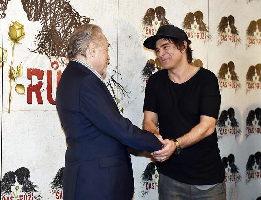 Sagvan Tofi gratuloval Karlu Gottovi k jeho hvězdě na chodníku slávy.