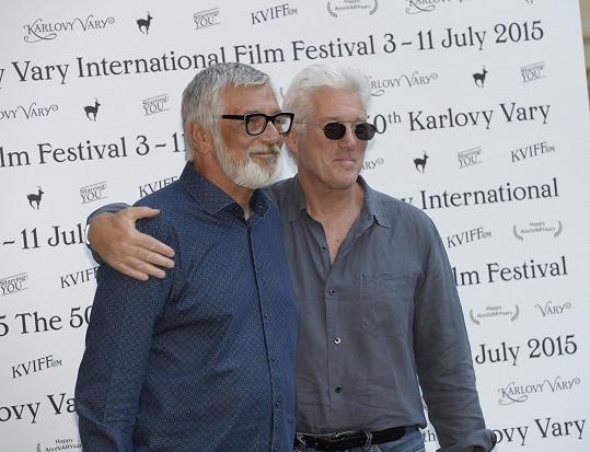 Richard Gere a Jiří Bartoška ochotně zapózovali fotografům.